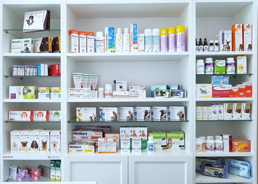 Farmacia veterinara ofera o gama larga de produse farmaceutice veterinare: antiparazitare interne si externe, antibiotice, analgezice si antiinflamatoare, suplimente vitamino-minerale, suplimente pentru mentinerea sanatatii ficatului si a tractului urinar, produse dermatologice, medicatie pentru boli cardiace, medicatie pentru afectiuni oftalmologice